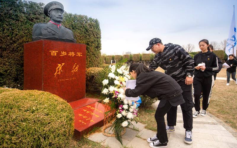 同学们为孙毅将军献上鲜花