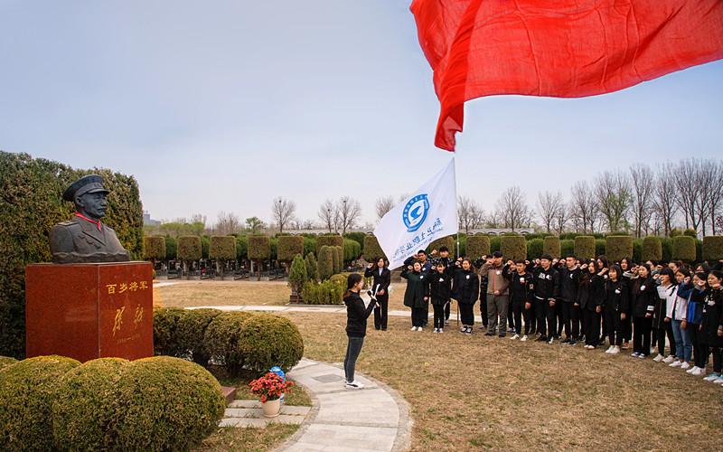 大学生在孙毅将军墓前宣誓