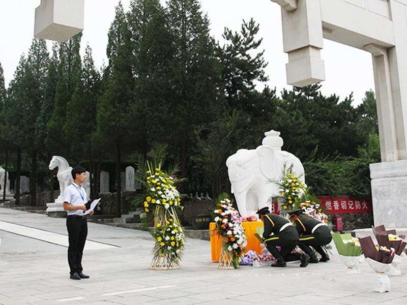仪仗队为逝者敬献鲜花