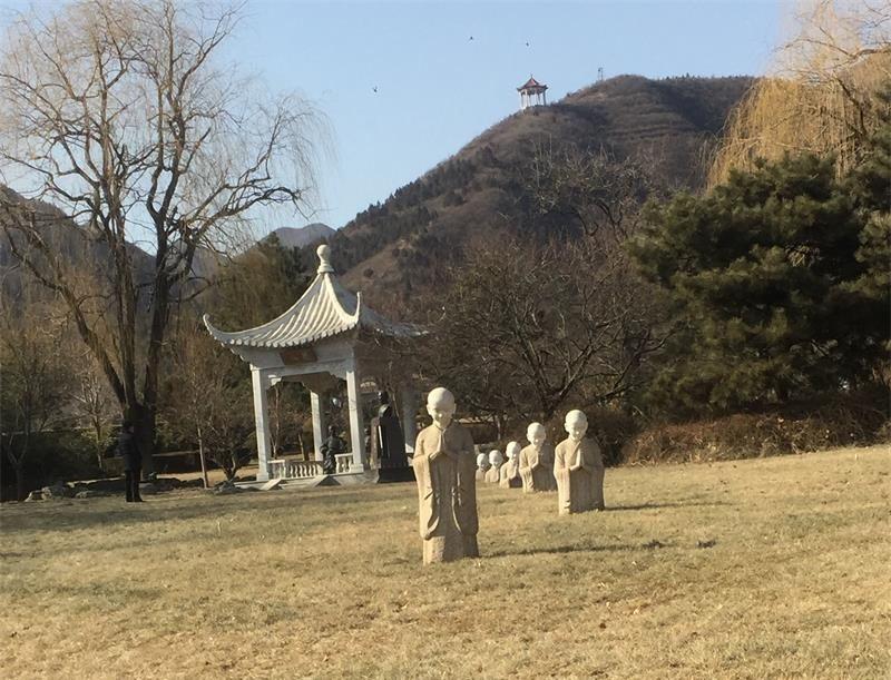 侯耀文墓地远景