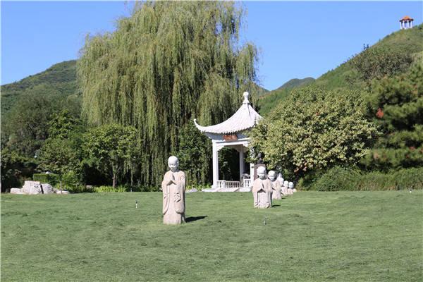 天寿陵园侯耀文墓地夏季风景