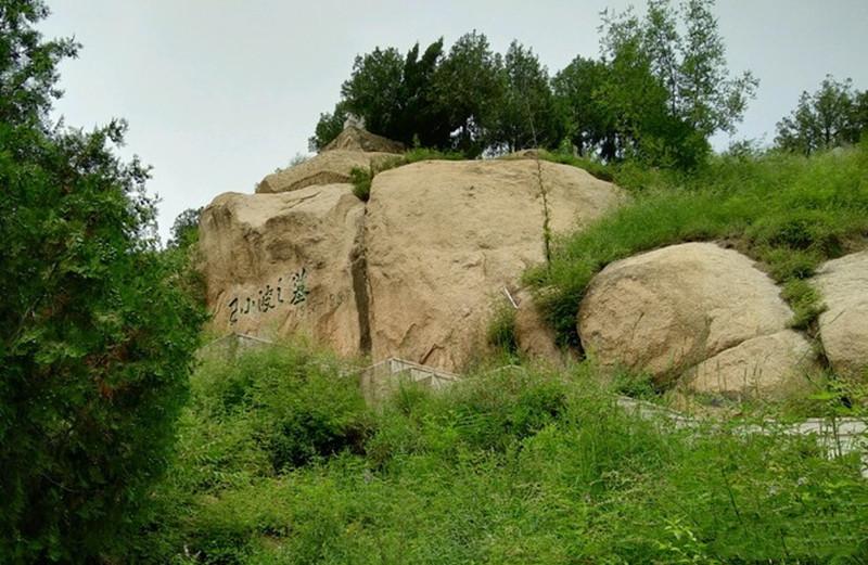 王小波墓地