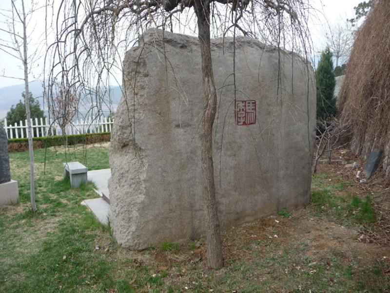 马季墓地后边