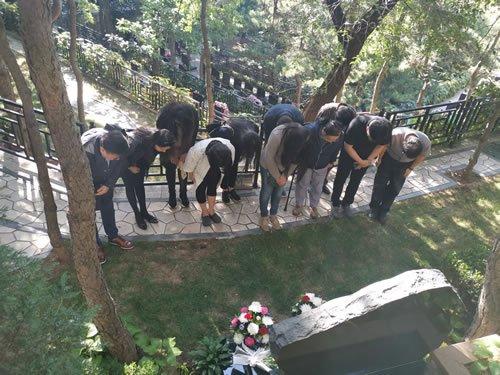 学生来到八达岭陵园纪念杨老师80岁生日