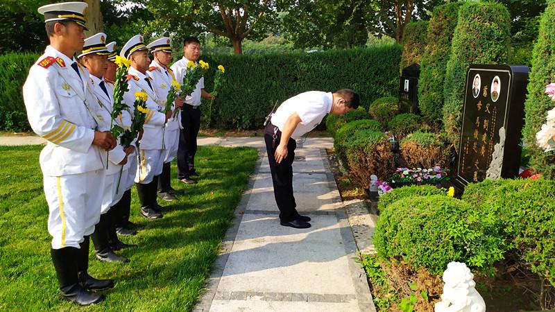 礼宾队员向革命先烈敬献鲜花