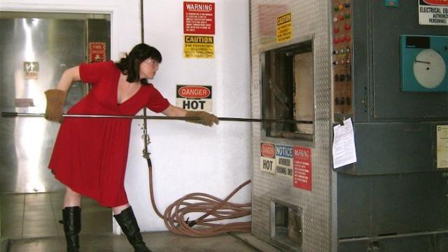 凯特琳·道蒂在操作焚化炉