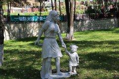 陵园母女雕像