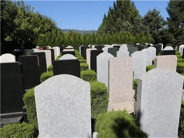 海淀西山的万安公墓墓碑