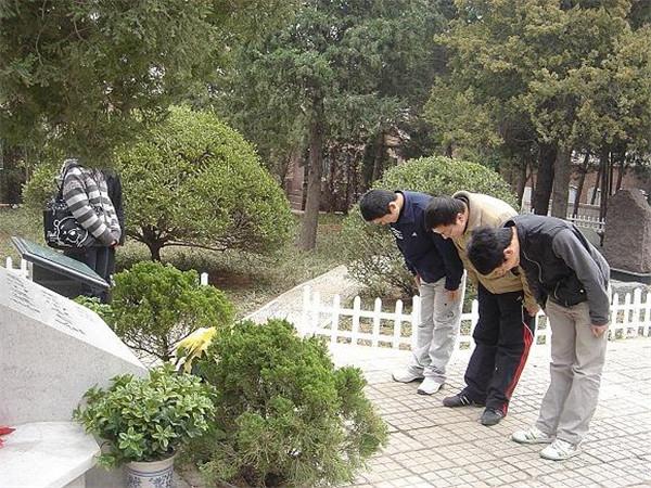 某高校大学生参观八宝山革命公墓