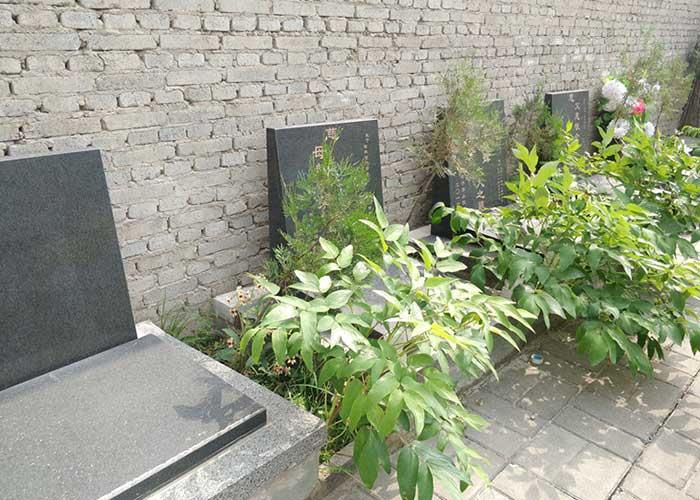 人去世后葬在墓地墓碑中
